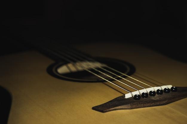 Gitara Akustyczna Odizolowywająca Na Czarnym Tle Premium Zdjęcia
