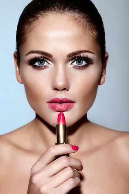 Glamour Portret Zbliżenie Model Piękny Seksowny Brunetka Kaukaski Młoda Kobieta Stosowania Makijażu Szminka Na Ustach Z Idealnie Czystą Skórę Darmowe Zdjęcia