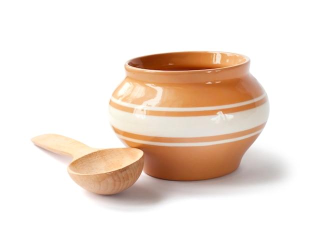 Glazurowany Garnek Ceramiczny Do Gotowania Drewnianą łyżką Premium Zdjęcia