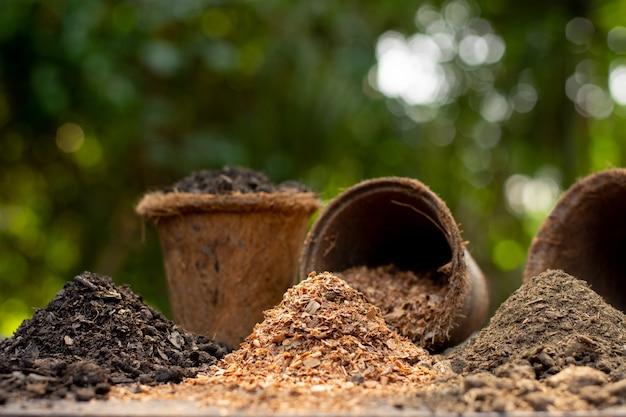 Gleba, Obornik I Trociny Są Ułożone W środku Zielonej Przyrody. Premium Zdjęcia