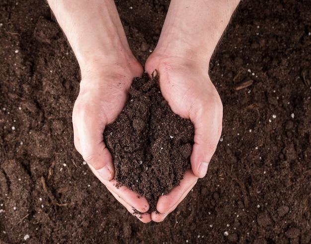 Gleba w rękach Premium Zdjęcia