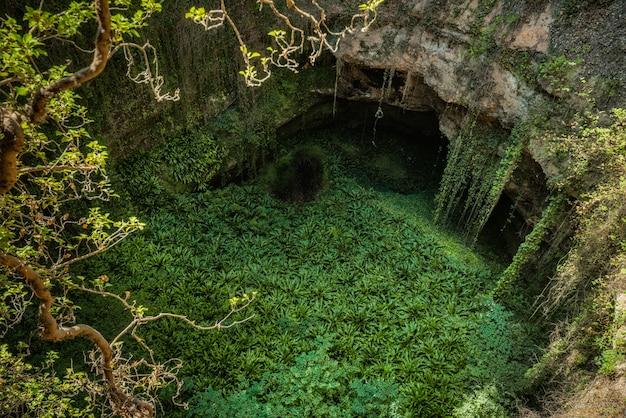 Głęboka naturalna dziura zlewowa w grisel, aragonia, hiszpania. Premium Zdjęcia