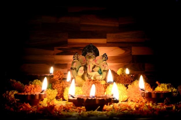 Gliniane Lampy Diya Zapalone Wraz Z Lordem Ganesha Podczas Obchodów Diwali. Projekt Karty Pozdrowienia Indyjski Hinduski Festiwal światła Zwany Diwali Premium Zdjęcia