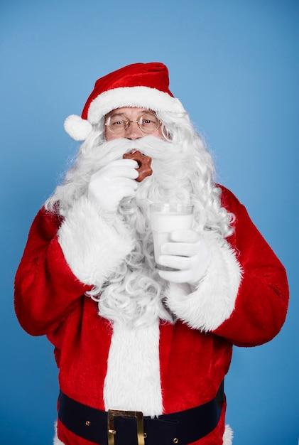 Głodny Mikołaj Je Ciasteczka W Studio Strzał Darmowe Zdjęcia