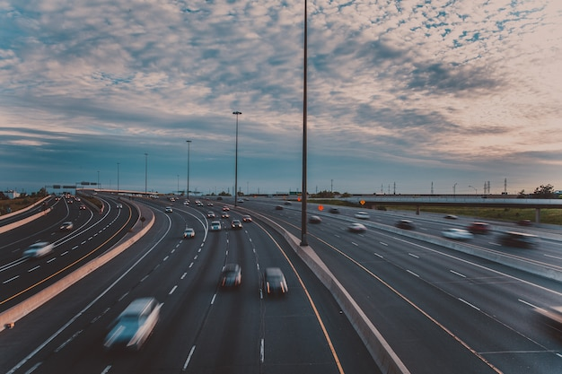 Główna Autostrada Wczesnym Wieczorem W Toronto, Kanada Premium Zdjęcia