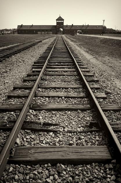 Główna Brama I Kolej Do Nazistowskiego Obozu Koncentracyjnego Auschwitz Birkenau Premium Zdjęcia