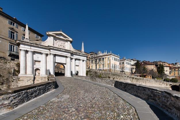 Główne Drzwi Górnej Części Bergamo: Porta San Giacomo Premium Zdjęcia