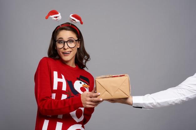 Głupek Kobieta Z Prezentem Bożonarodzeniowym I śmieszną Twarzą Darmowe Zdjęcia