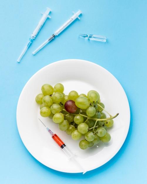 Gmo Science Food Winogrona I Strzykawki Premium Zdjęcia