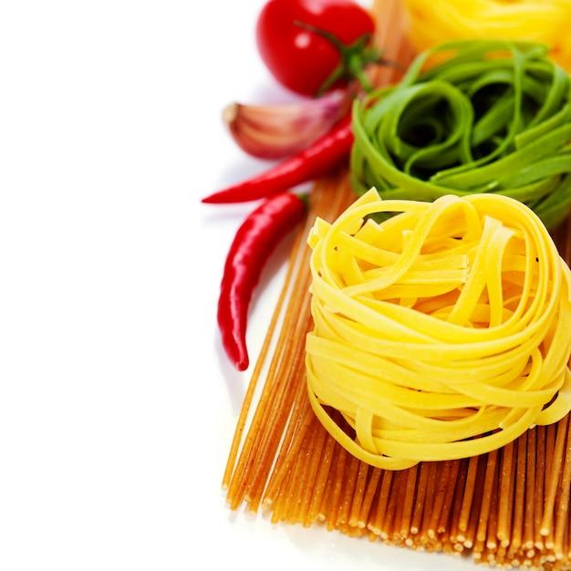 Gniazda Spaghetti Pełnoziarnistego I Makaronu Jajecznego Premium Zdjęcia