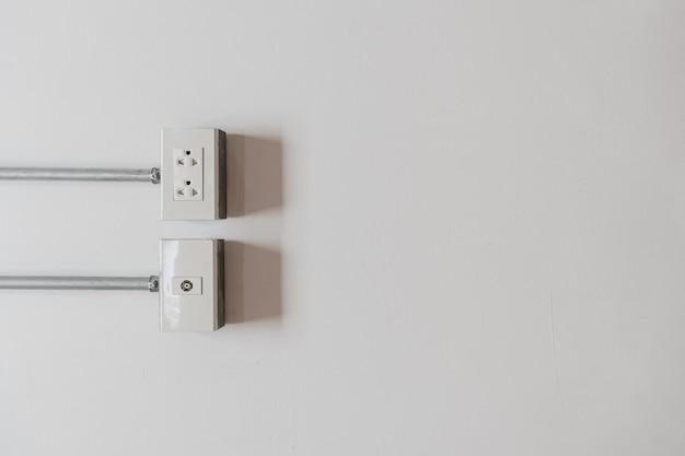 Gniazdko ścienne Dla Kabla Zasilającego Podłączonego Do Białej ściany Premium Zdjęcia