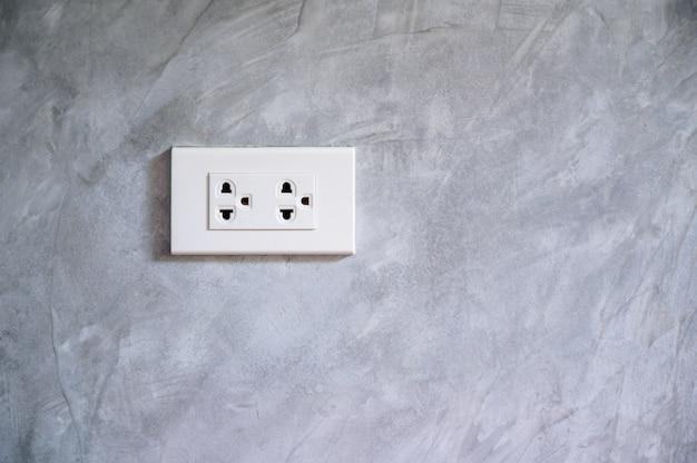 Gniazdo Oszczędzanie Energii Ręczne Wkładanie Wtyczki Elektrycznej Do Gniazdka Premium Zdjęcia