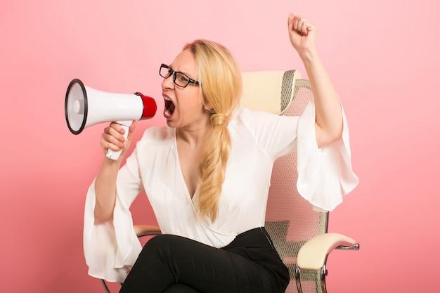 Gniewny bizneswoman z głośnikiem Premium Zdjęcia