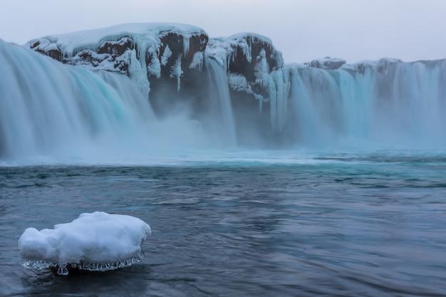 Godafoss, Jeden Z Najbardziej Znanych Wodospadów Na Islandii. Premium Zdjęcia