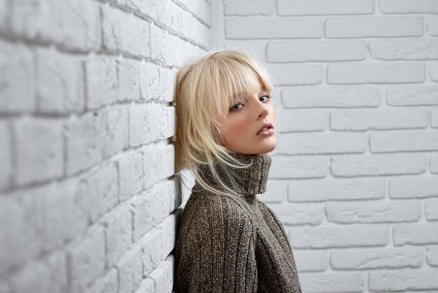 Gogeous Model Blondynka Pozowanie Premium Zdjęcia