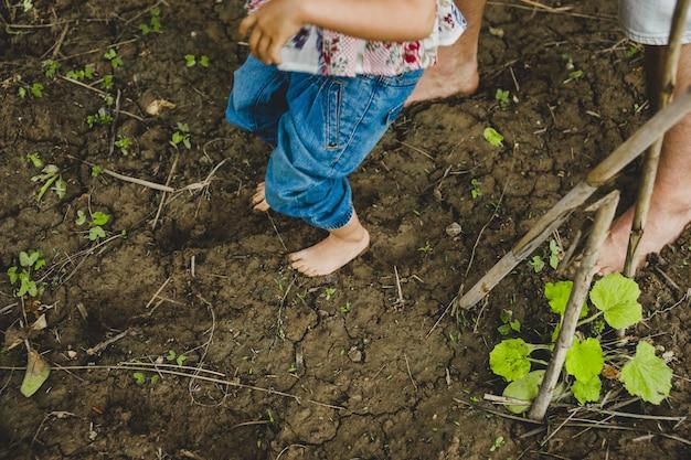 Gołe Stopy Dzieci Bawiących Się W Błocie Premium Zdjęcia
