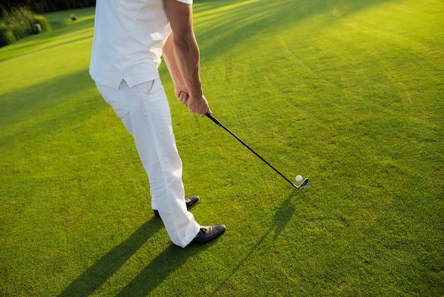 Golfer Idzie Do Strzału Ball Jest Na Koszulce. Premium Zdjęcia