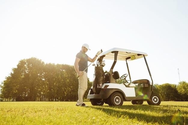 Golfista Bierze Kluby Z Torby W Wózku Golfowym Darmowe Zdjęcia