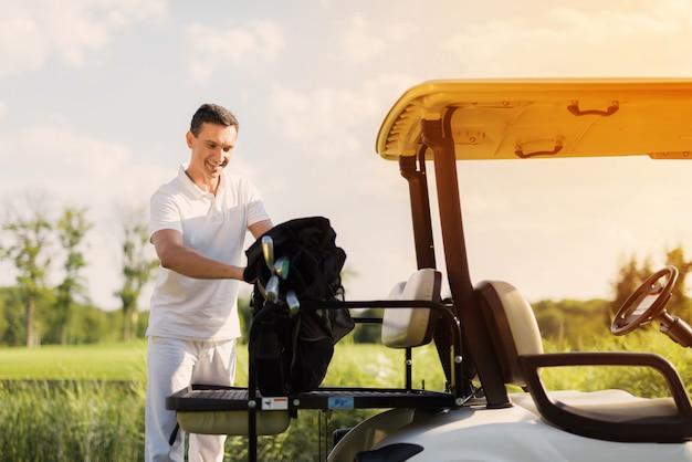 Golfista Bierze Torbę Kijów Golfowych Sport Jako Hobby. Premium Zdjęcia