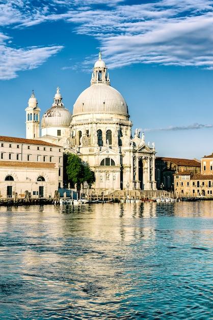 Gondola Na Canal Grande Z Bazyliką Santa Maria Della Salute W Tle, Wenecja, Włochy Premium Zdjęcia