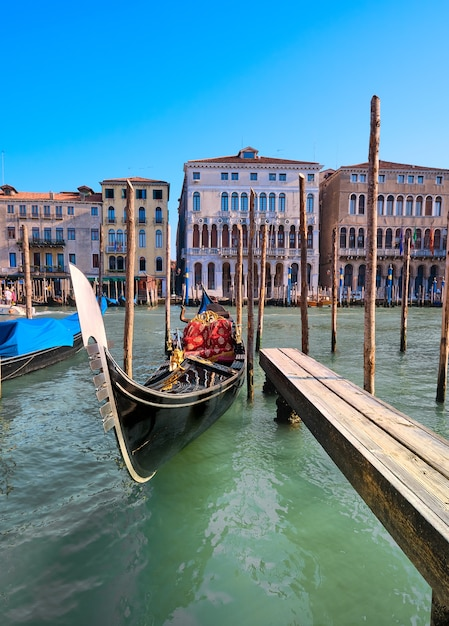 Gondola Zacumowana Przy Molo Na Canal Grande W Wenecji, Włochy. Premium Zdjęcia