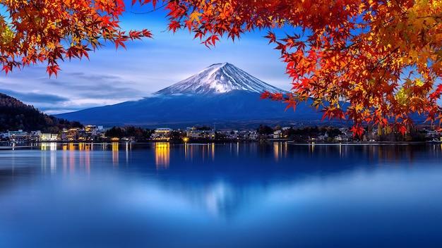 Góra Fuji I Jezioro Kawaguchiko W Godzinach Porannych, Sezony Jesienne Góra Fuji W Yamanachi W Japonii. Darmowe Zdjęcia