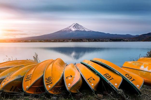 Góra Fuji I łódź Na Jeziorze Kawaguchiko, Japonia. Darmowe Zdjęcia