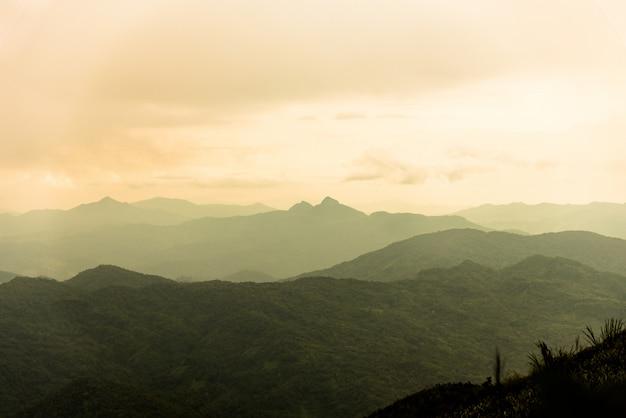 Góra i morze mgła pod deszczem i pochmurnego nieba widokiem Premium Zdjęcia