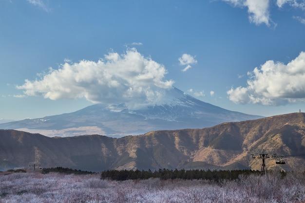 Góra w owakudani, kamieniołom siarki w hakone, japonia Premium Zdjęcia
