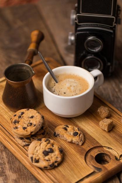 Gorąca Czarna Kawa Z Ciasteczkami I Fasolą W Kawiarni Premium Zdjęcia