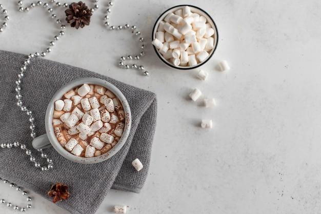 Gorąca Czekolada Lub Kawa Z Marshmallows Zimą Pije Pojęcie Bielu Powierzchnię Premium Zdjęcia