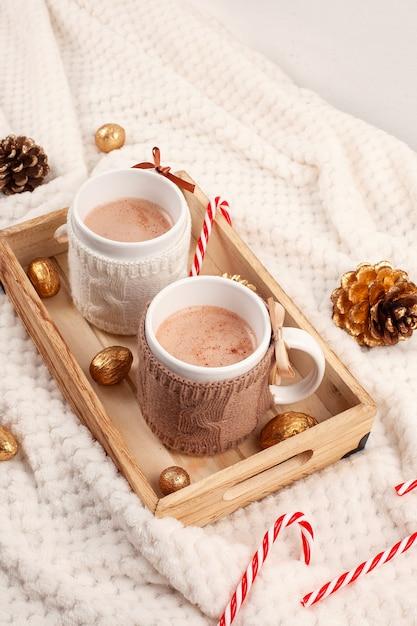 Gorąca czekolada. wygodny ciepły napój na chłodne zimowe dni. koncepcja bożego narodzenia Premium Zdjęcia