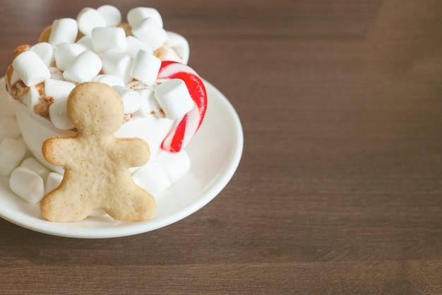 Gorąca Czekolada Z Puszką Słodyczy I Chlebem Imbirowym Premium Zdjęcia