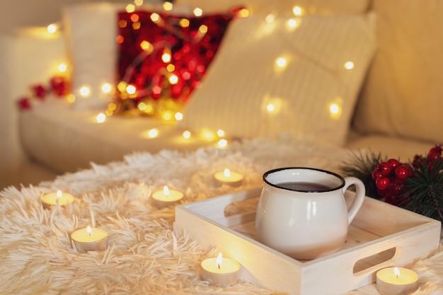Gorąca filiżanka herbaty w białym kubku Premium Zdjęcia