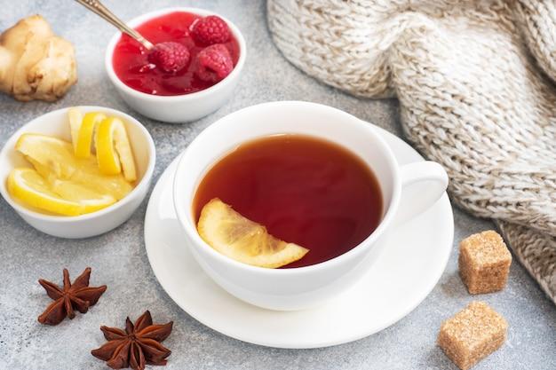Gorąca Herbata Z Dżemem Cytrynowo-malinowym. Premium Zdjęcia