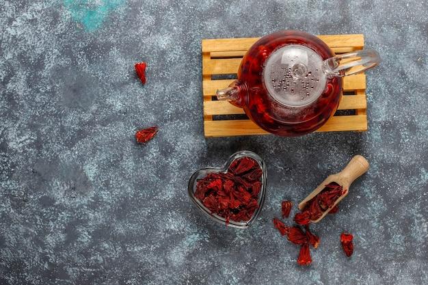 Gorąca Herbata Z Hibiskusa W Szklanym Kubku I Szklanym Imbryku. Darmowe Zdjęcia