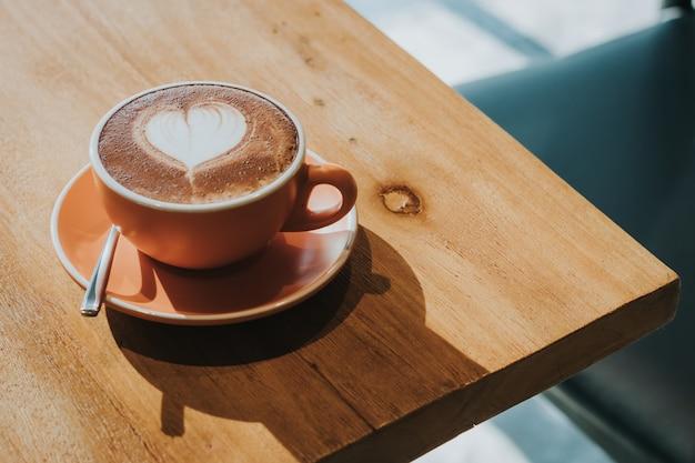 Gorąca Kawa W Filiżance Na Stół Z Drewna Nieostrość, Stonowanych Efekt Retro. Premium Zdjęcia
