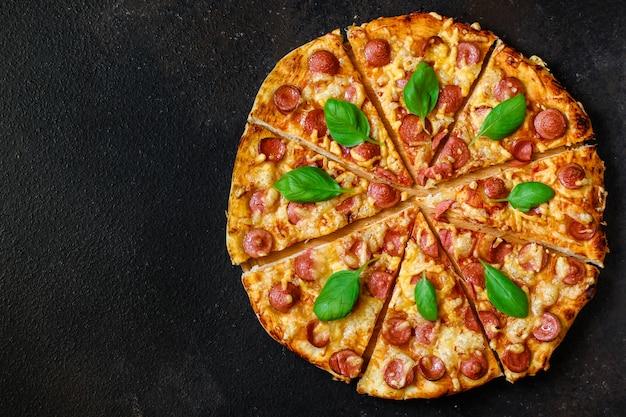 Gorąca pizza widok z góry. Premium Zdjęcia