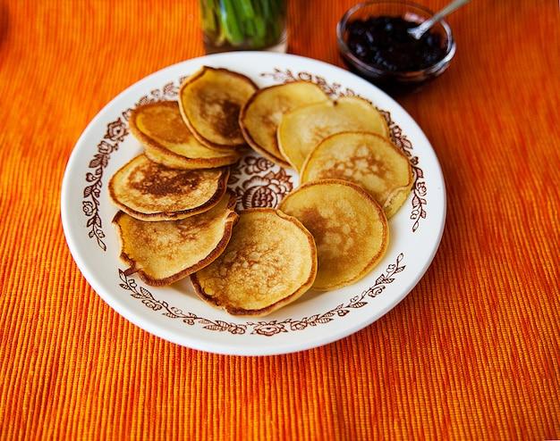 Gorące naleśniki z dżemem truskawkowym na serwetce Premium Zdjęcia