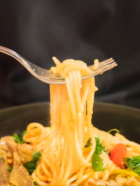 Gorący i pikantny spaghetti z rozwidleniem nad czarnym tłem Darmowe Zdjęcia