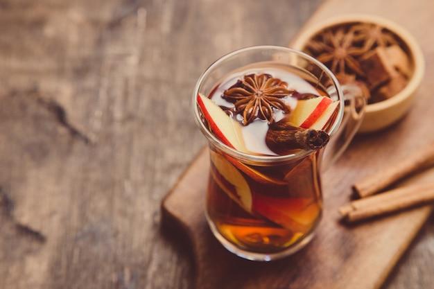 Gorący Pikantny Napój. Gorący Napój (herbata Jabłkowa, Poncz) Z Cynamonem I Anyżem Gwiazdkowatym. Premium Zdjęcia