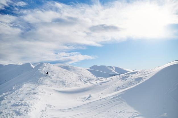 Góral Człowiek Chodzenie Na Wzgórzu Pokryte świeżym śniegiem. Góry Karpaty Premium Zdjęcia