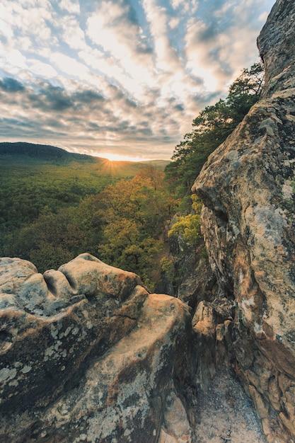 Górski Krajobraz, Jesień Zachód Słońca W Skałach Premium Zdjęcia