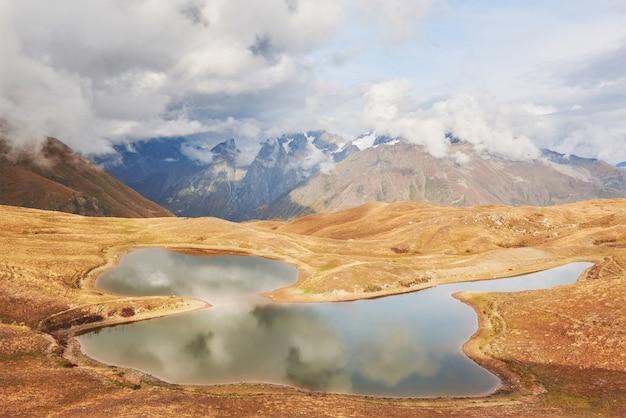 Górskie Jezioro Koruldi. Górna Swanetia, Gruzja Europa. Góry Kaukazu Premium Zdjęcia