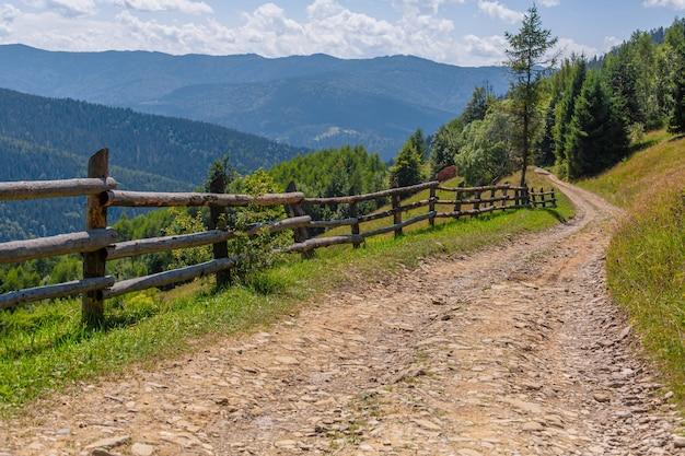 Górskie Wzgórza Czysta Natura Wiejski Krajobraz. Ogrodzenie Z Bali Drewnianych. Premium Zdjęcia