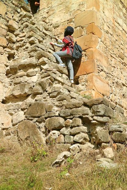 Gość Wspina Się Na Wieżę Sheupovari W średniowiecznym Kompleksie Zamkowym Ananuri W Gruzji Premium Zdjęcia