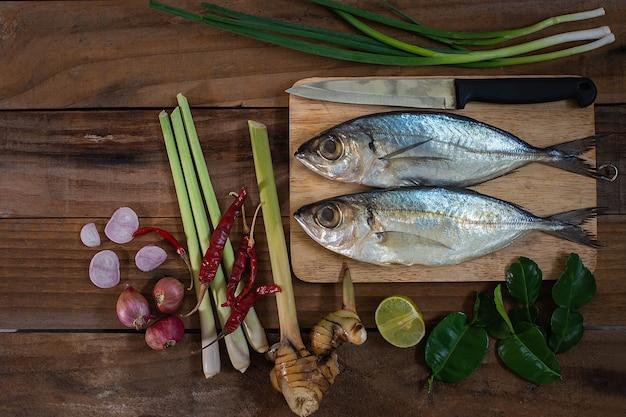 Gotowane Makrele I Ziołowe Gotowanie Premium Zdjęcia
