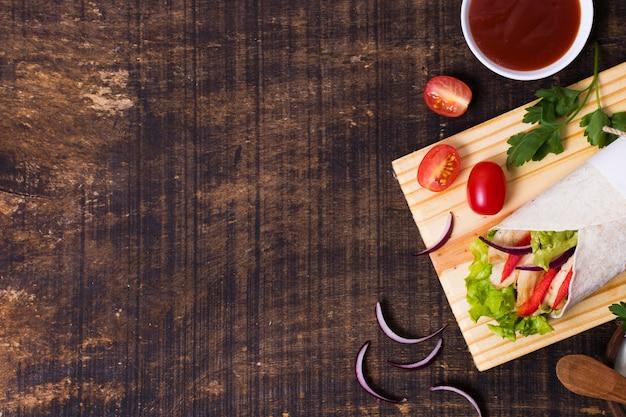 Gotowane Mięso I Warzywa Kebab Kopia Przestrzeń Widok Z Góry Premium Zdjęcia