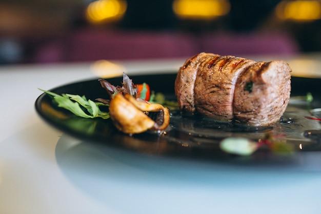 Gotowane mięso na talerzu Premium Zdjęcia