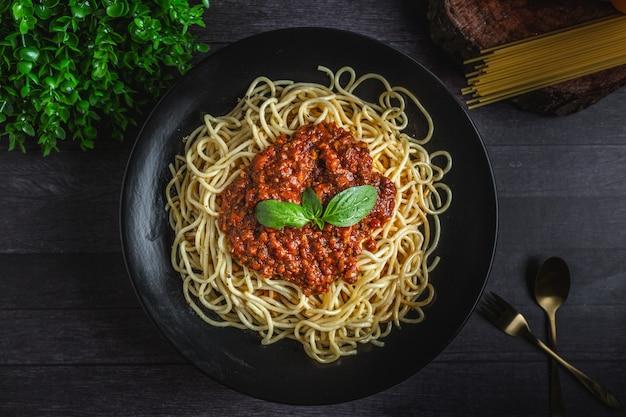 Gotowane spaghetti z liściem bazylii Premium Zdjęcia